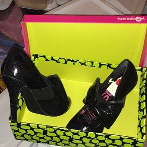 Black pumps with bow on front